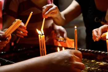 Armenia Yerevan, accensione candele votive (ph. Mario Negri © Mondointasca.it)