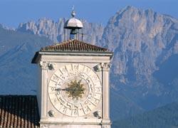 Belluno, Palazzo dei Rettori e gruppo Schiara (Foto: Francesco Sovilla)
