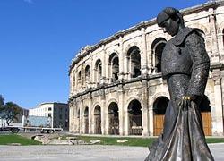 La statua del torero davanti all'arena di Nîmes