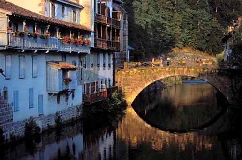 Il ponte di Sain-Jean-Pied-de-Port, ultima tappa prima di Roncisvalle sulla via per Santiago de Compostela. Il villaggio è una delle soste più suggestive per i pellegrini che entrano in paese dall'antica Porte de Saint-Jacques.