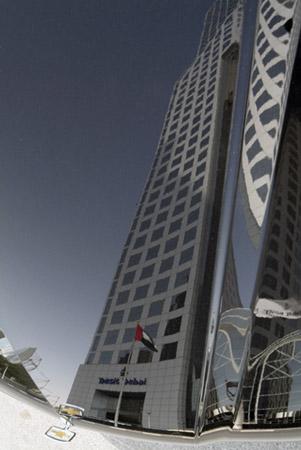 Un grattacielo riflesso sul cofano di una macchina. <br />&#8221; width=&#8221;301&#8243; height=&#8221;450&#8243;><br /> <figcaption class=