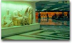 Statue greche alla fermata Acropoli