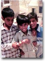 Bambini con rakhi ai polsi