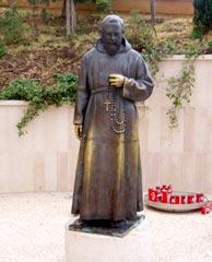 Padre Pio sul sagrato di una chiesa a San Giovanni Rotondo