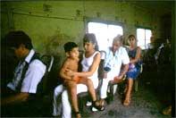 Treno rosso Campesinos, ex soldati, mamme e bambini...