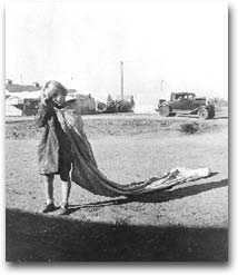 fotografia Bambino dell'Oklaoma con un sacco di cotone, mentre va al lavoro alle 7 del mattino, Ken County, 1936. Foto Dorothea Lange