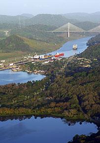 Il canale di Panamà con il Ponte del Centenario sullo sfondo