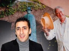 Giovanni Ciraolo nel suo ufficio di Milano. Alle spalle un'immagine di Folon