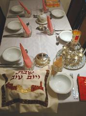 Una tavola preparata per lo Shabbat