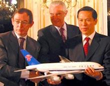 Noël Forgeard, amministratore delegato Airbus, Gilles de Robien, ministro dei Trasporti francese, Liu Shaoyong, presidente di China Southern Airlines