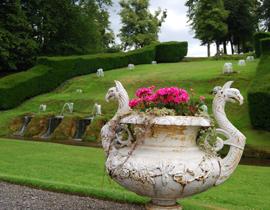 Una macchia di colore accende la giornata piovosa in cui abbiamo visitato i giardini