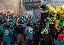 Il Borghetto, una delle parti più vecchie della città, è il territorio della squadra dei Tuchini visibile in questa immagine con la divisa di colore rosso e verde e un corvo per stemma