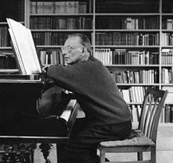 Carl Orff al pianoforte