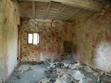 Una stanza abbandonata all'interno della cascina