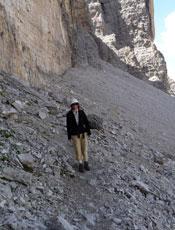 Quando si cammina in montagna, in alcuni punti può essere necessario l'uso di un caschetto per ripararsi dalla caduta di pietre