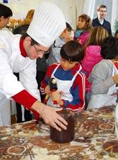 Un maestro pasticciere con i bambini