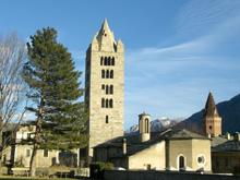 La Collegiata di Sant'Orso risale all'XI Secolo. Secondo la leggenda il santo distribuiva in questo posto vestiti e calzature ai poveri