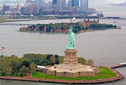 La Statua della Libertà e alle spalle Ellis Island