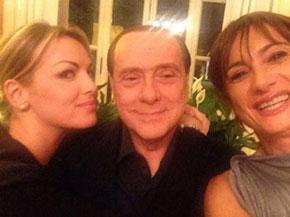 Il selfie di Francesca Pascale, Silvio Berlusconi e Vladimir Luxuria. Credit: Corriere web