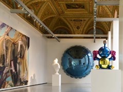 Sala con opere di Jeff Koons, da sinistra a destra : Elephant 2001, Bourgeois Bust – Jeff and Ilona 1991, Moon (Light Blue) 1995-2000 e Elephant 2003