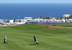 Bianco Lanzarote Golf. Sullo sfondo l'Oceano e Puerto del Carmen