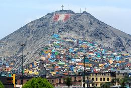 I colori degli slums di Lima (Foto: travel.peru.com)