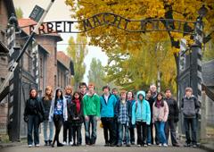 memoria Una scolaresca in visita ad Auschwitz (Foto: shawlandsacademy.glasgow.sch.uk)
