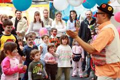 Un clown intrattiene i bimbi al salone di ModenaFiere