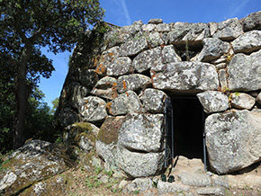 Sardegna La porticina di accesso al Nuraghe Majori