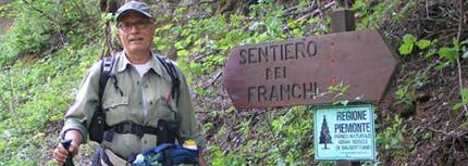 Abbazia Sosta davanti al cartello del sentiero dei Franchi