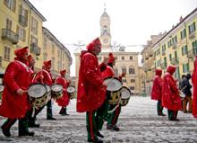 I pifferi e tamburi suonano le tradizionali marce militari ottocentesche. Il 6 gennaio hanno annunciato agli eporediesi l'inizio del Carnevale