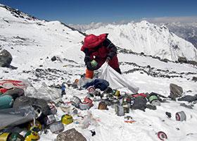 La catena dell'Himalaya sommersa dai rifiuti
