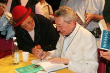 Sergio Romano mentre autografa uno dei suoi libri