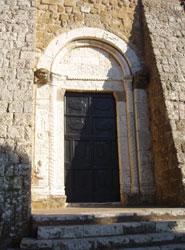 Uno dei portali della chiesa di Santa Maria a Sovana