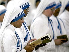 Religiose che seguono l'esempio di Madre Teresa di Calcutta