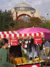 Sullo sfondo la cupola della Basilica di Santa Sofia a Istanbul