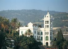 Le linee verticali di Villa Garnier, dimora dell'architetto francese Charles Garnier a Bordighera, spiccano tra le palme dell'Arziglia (Archivio Fotografico Regione Liguria)