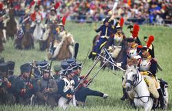 I re-enactors sul campo di battaglia come veri soldati ottocentechi
