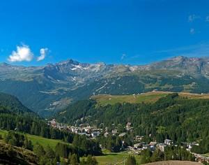 Il piccolo comune di Madesimo nella Valle dello Spluga circondato dalle montagne