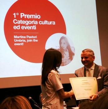 Paparelli-consegna-il-primo-premio-alla-video-autrice-Martina-Pastori,-foto-G