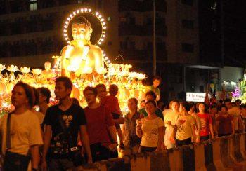 Processione a lume di candela per le strade di Chinatown