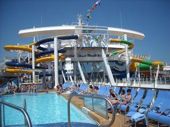 Harmony Royal-Caribbean-nuotare-e-prendere-il-sole-a-bordo-piscina