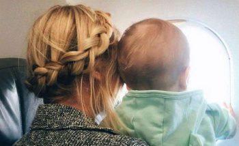 in aereo con bambini