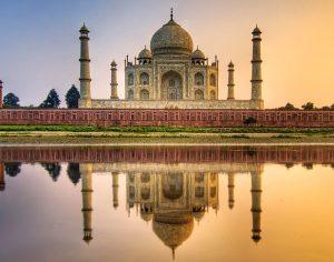 Il Taj Mahal,  monumento all'amore etermo, si specchia nell'acqua