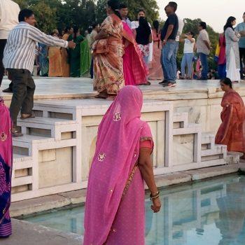 Cosa vedere ad Agra: donne in sari in visita al Taj mahal