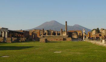Archeologici Pompei-con-sfondo-Vesuvio