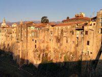 Sant'Agata de' Goti, case a filo sulla roccia di tufo