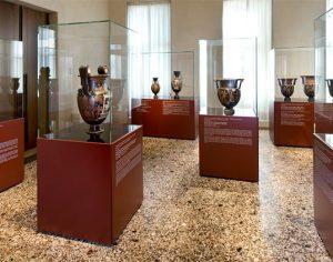 Sala delle ceramiche attiche e magnogreche esposte al Palazzo Leoni Montanari a Vicenza