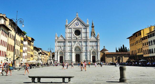 Piazza e facciata della Basilica di Santa Croce
