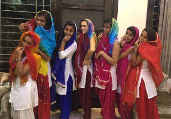 Delhi Ragazze-col-sari-titpico-abbigliamento-indiano
